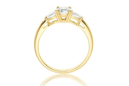 008_Fonder_Three-stone diamond ring with traditional gold band